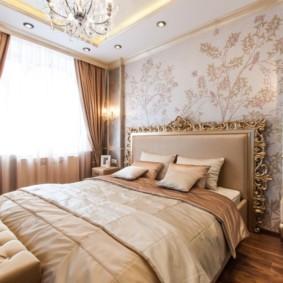 Позолоченная отделка изголовья кровати