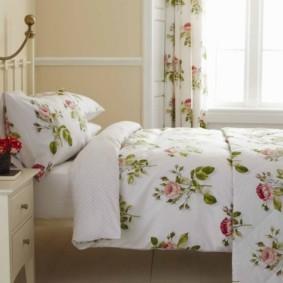 Цветочный рисунок на текстиле в спальне