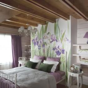 Деревянные балки на потолке спальной комнаты
