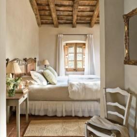 Деревянный потолок спальни в дачном домике