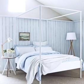Голубая вагонка на стене спальной комнаты