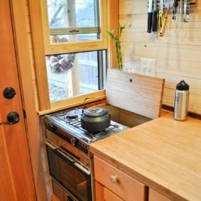 Компактная плита в кухне каркасного домика
