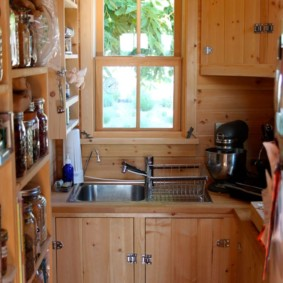 Деревянная кухня в дачном домике