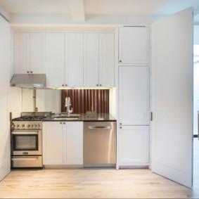 Мини-кухня в шкафу с распашными дверками