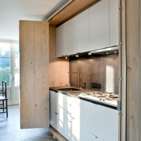 Белый гарнитур внутри кухонного шкафа