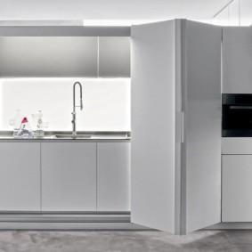 Мини-кухня в шкафу с дверью-гармошкой