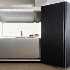 Черные дверцы мини-кухни
