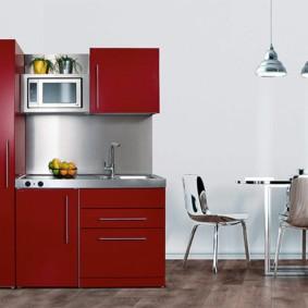 Бардовая мини-кухня с обеденной зоной