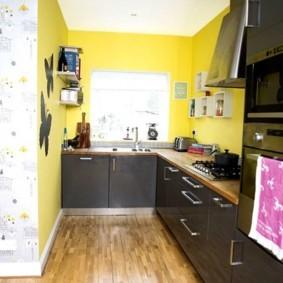 Г-образный гарнитур в кухне с желтыми стенами