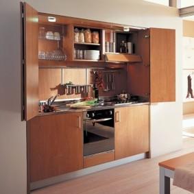 Коричневый гарнитур в нише кухни