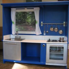 Модульная мини-кухня с нарисованным окном
