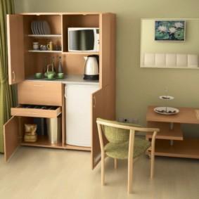 Низкий холодильник в кухонном шкафу