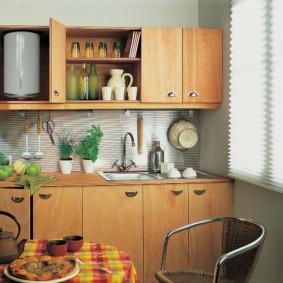 Электрический водонагреватель внутри кухонного шкафа