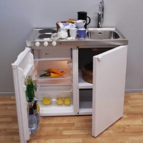 Мытая морковь на полке в холодильнике