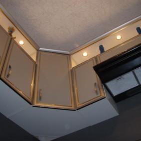 Декоративная подсветка пространства над кухонными шкафами