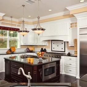 Светильники на потолке классической кухни
