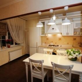 Белый стол в кухне деревенского стиля