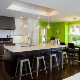 Зонирование кухни цветом стен