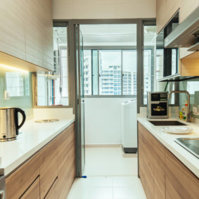 Двухрядная кухня с выходом на балкон