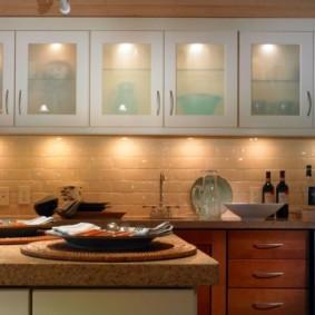 Кухонные шкафы со вставками из стекла