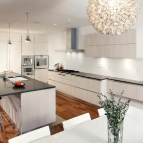 Белая кухня с черными столешницами