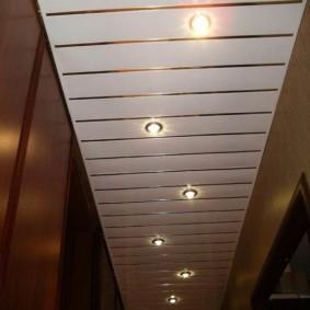 Реечный потолок с позолоченными вставками