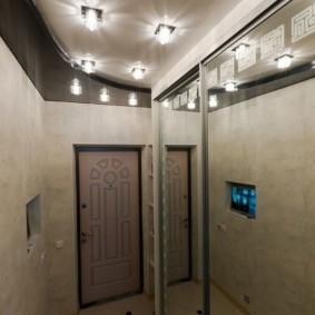 Яркое освещение потолка в прихожей