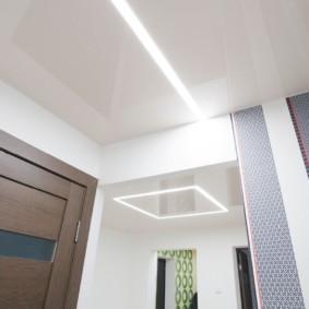 Потолок в коридоре со встроенной подсветкой