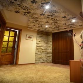Просторный коридор с обоями на потолке
