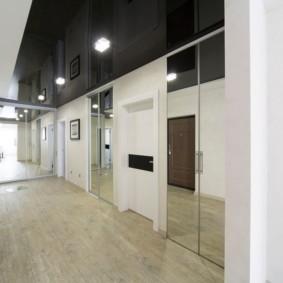 Длинный коридор с натяжным потолком черного цвета