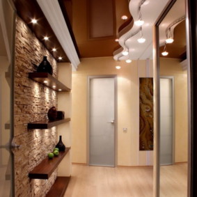 Деревянные полки на стене коридора