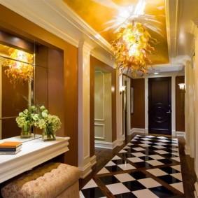 Диагональная укладка плитки на полу коридора