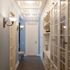 Встроенный шкаф в узком коридоре