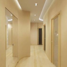 Большое зеркало на стене коридора