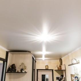 Белый потолок с ровной поверхностью