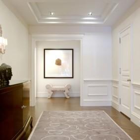 Дизайн прихожей с белыми стенами
