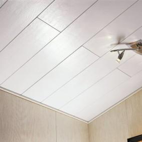Потолок из плит МДФ в коридоре панельного дома