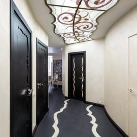 Витражная композиция на потолке коридора