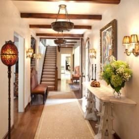 Деревянные балки на потолке узкого коридора