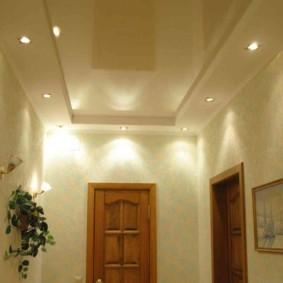 Комбинированный потолок в прихожей частного дома
