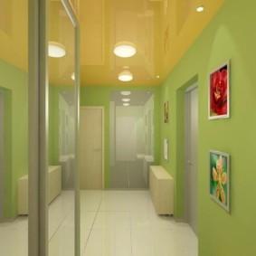Зеленые стены в узком коридоре