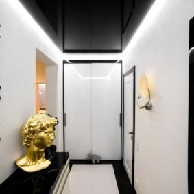 Черный потолок в коридоре с белыми стенами