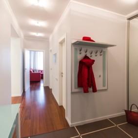Красная куртка на открытой вешалке