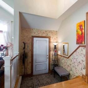 Белая дверь во входной зоне частного дома