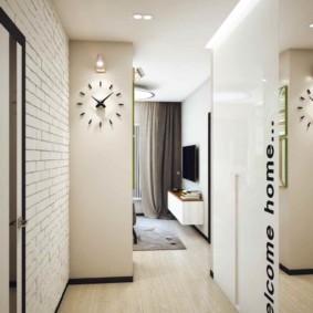 Часы на стене прихожей в светлых тонах