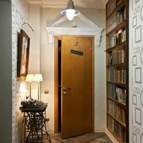 Приоткрытая дверь в коридоре загородного дома