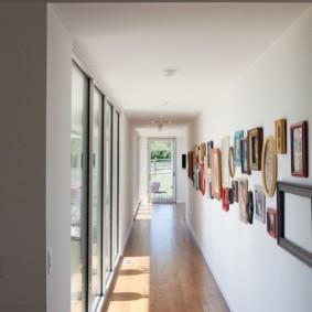 Длинный коридор с картинами на стене