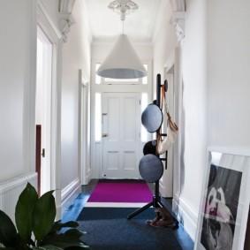 Полосатый ковер на полу коридора