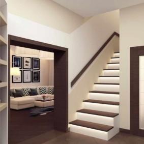 Декор лестницы на второй этаж частного дома