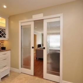 Рифленые стекла в раздвижных дверях